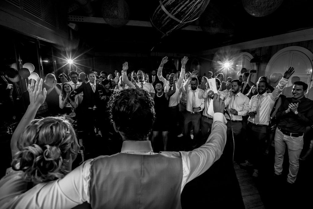 Staande ovatie voor bruidegom. Trouwen in Hoofddorp