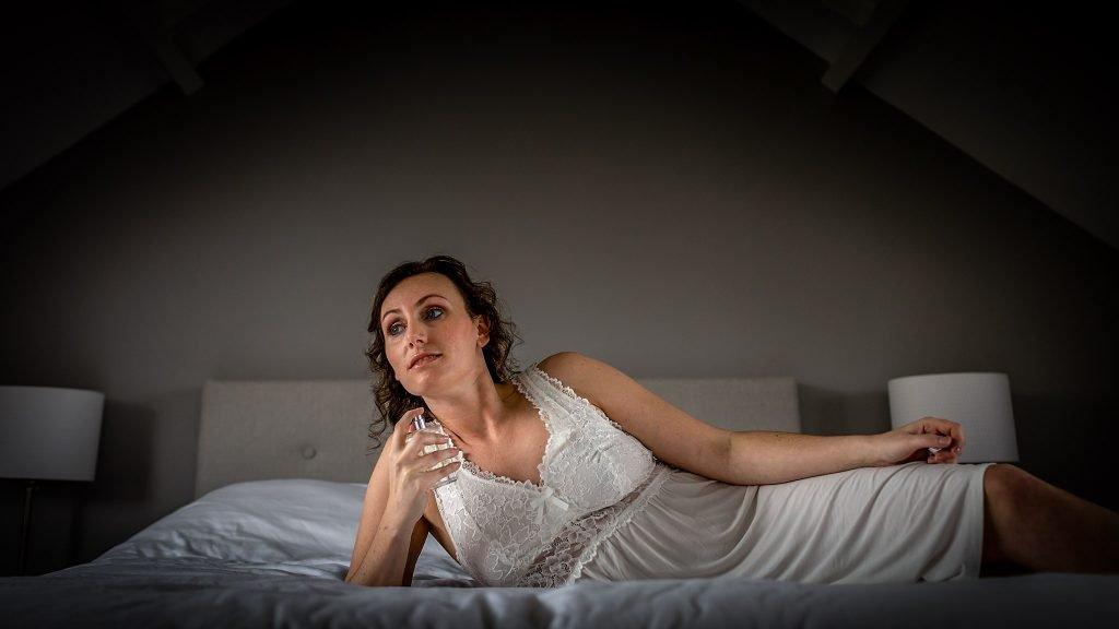 Trouwen Noordwijk - Boudoirfoto van bruid