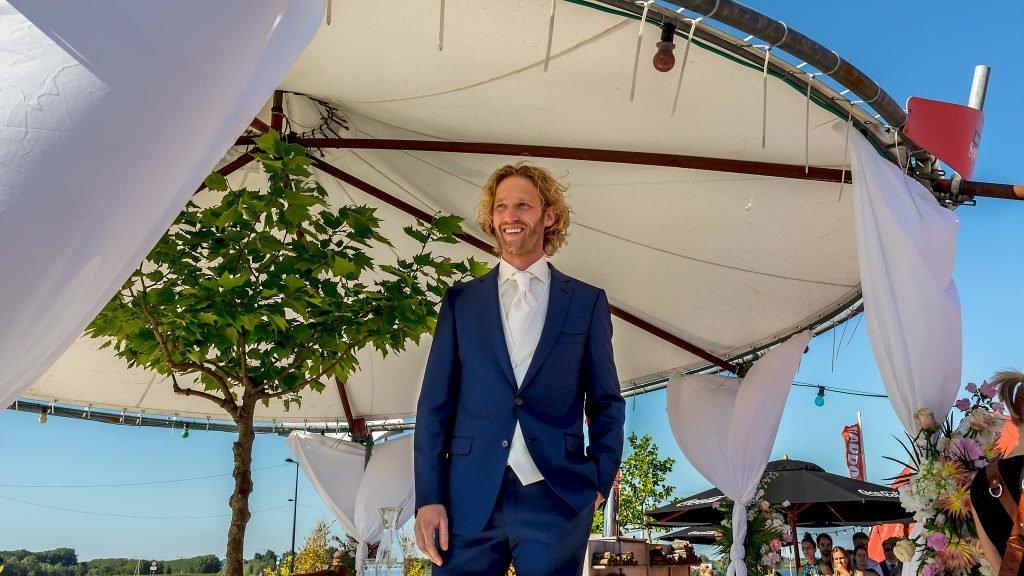 Trouwfotograaf Amsterdam bruidegom wacht op bruid
