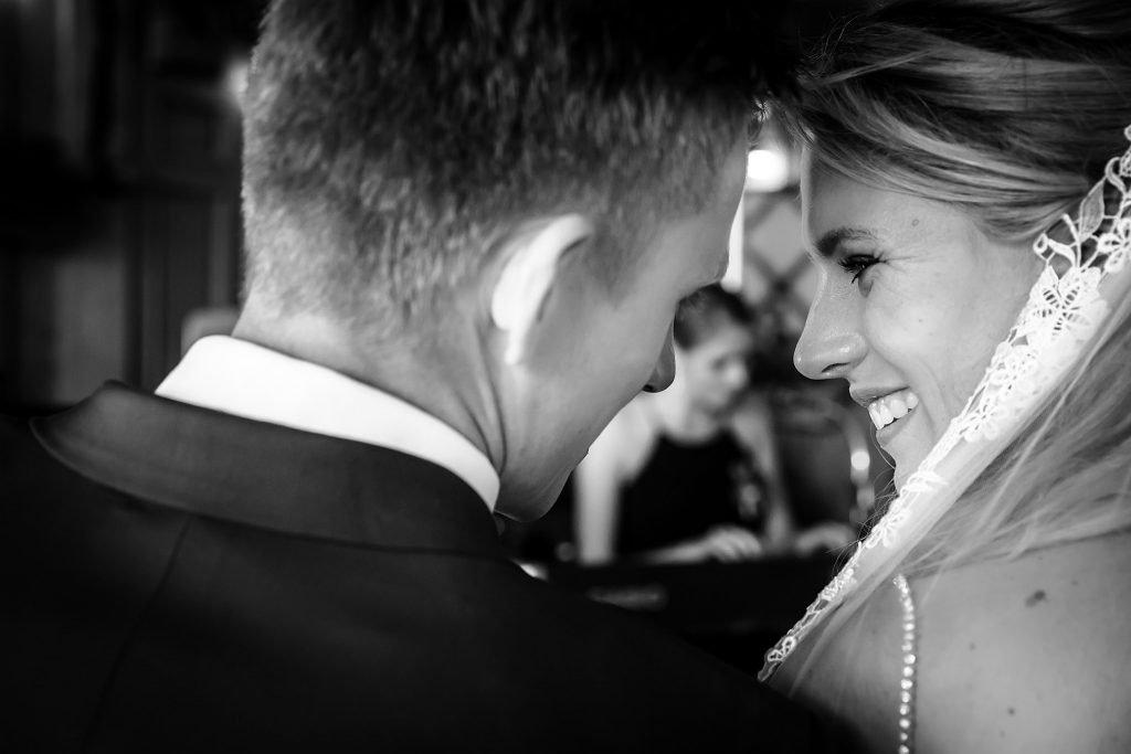 Lief moment bruidspaar